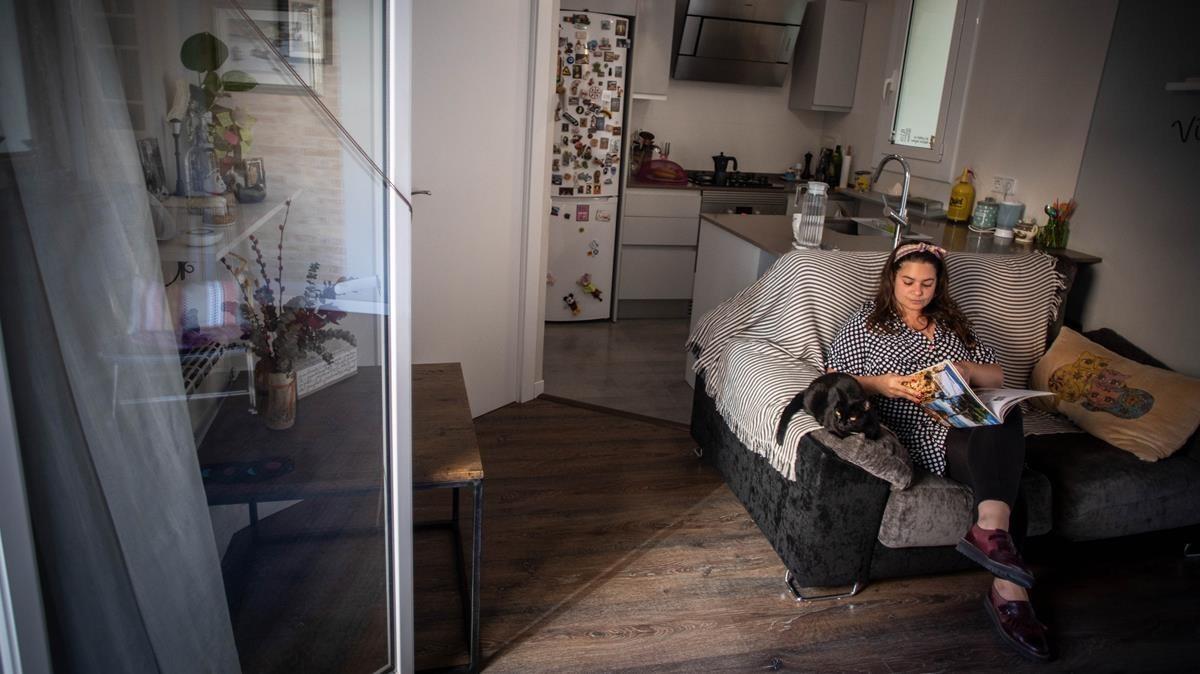 Damaris Rojas, presidenta del colectivo de Veïns i Amfitrions de Barcelona, en su piso del Poble Sec donde alquila una habitación por días.