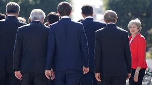 La premier británica Theresa May llega al lugar donde se realizala foto de familia de la cumbre de la UE en Salzburgo, el 20 de septiembre del 2018.