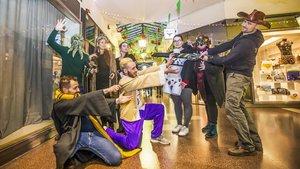 Dueños y empleados de las 11 nuevas tiendas temáticas de las Galeries Maldàposan en un pasillo.