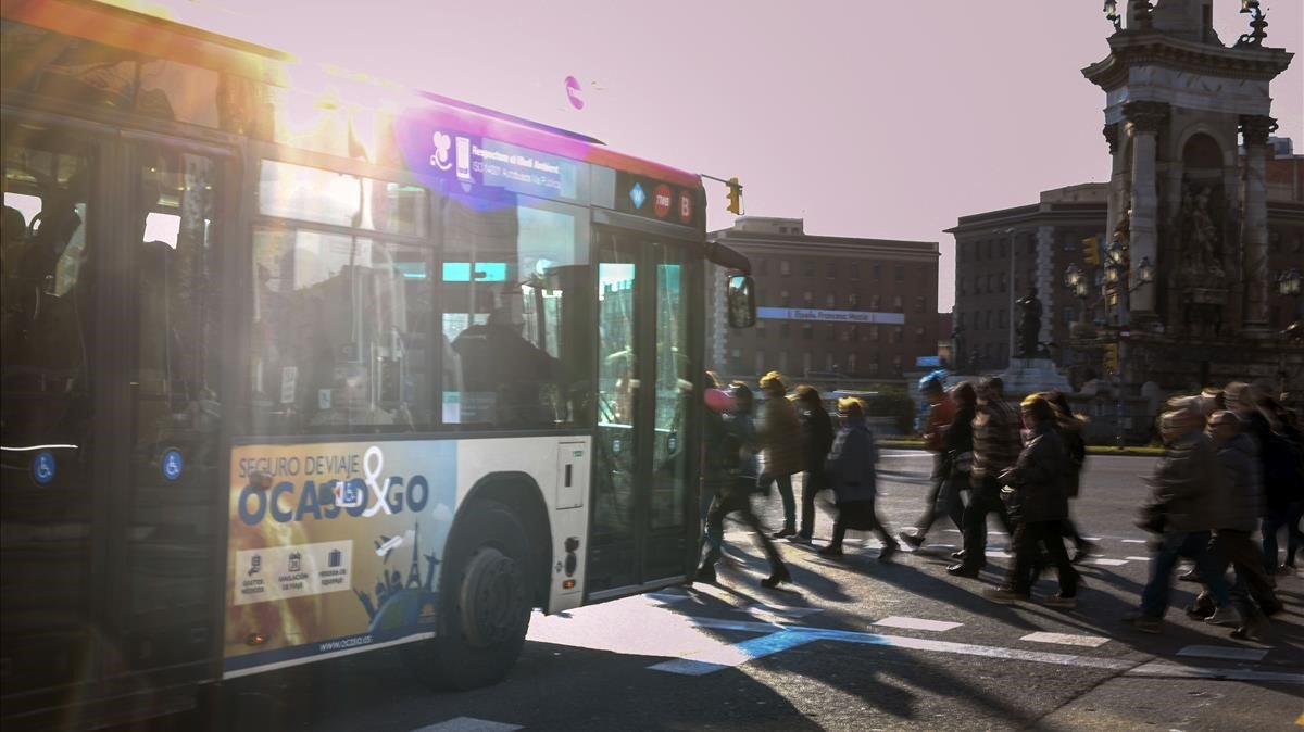 El ocaso se cierne sobre un autobús y su anuncio publicitario.