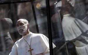 John Malkovich, en el papel de Juan Pablo III, en 'El nuevo Papa'.