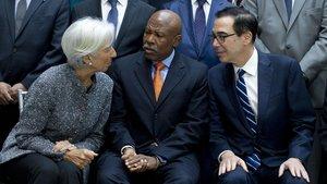 Lagarde, con Lesetja Kganyago, presidente del comité monetario; y el secretario del Tesoro de EEUU, Steven Mnuchin, ayer.