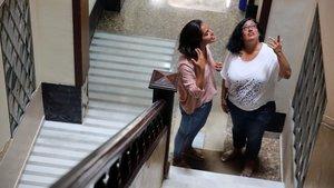 Una mediadora trabaja con una vecina de la calle de Mascaró para solventar un problema con un piso turístico.