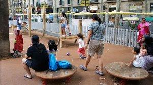 Niños jugando en el nuevoparque infantil de la Rambla del Raval.
