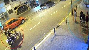 El motorista, junto a una cómplice, se acerca a un grupo de víctimas.