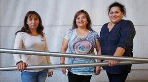 Míriam, Vania y Roxana,en el 'casal'La Llacuna, la semana pasada.