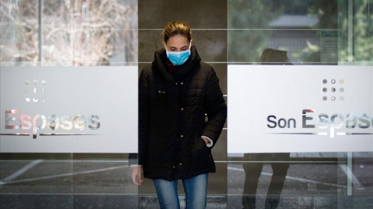 Una mujer con mascarilla abandona el hospital de Son Espases, este domingo.