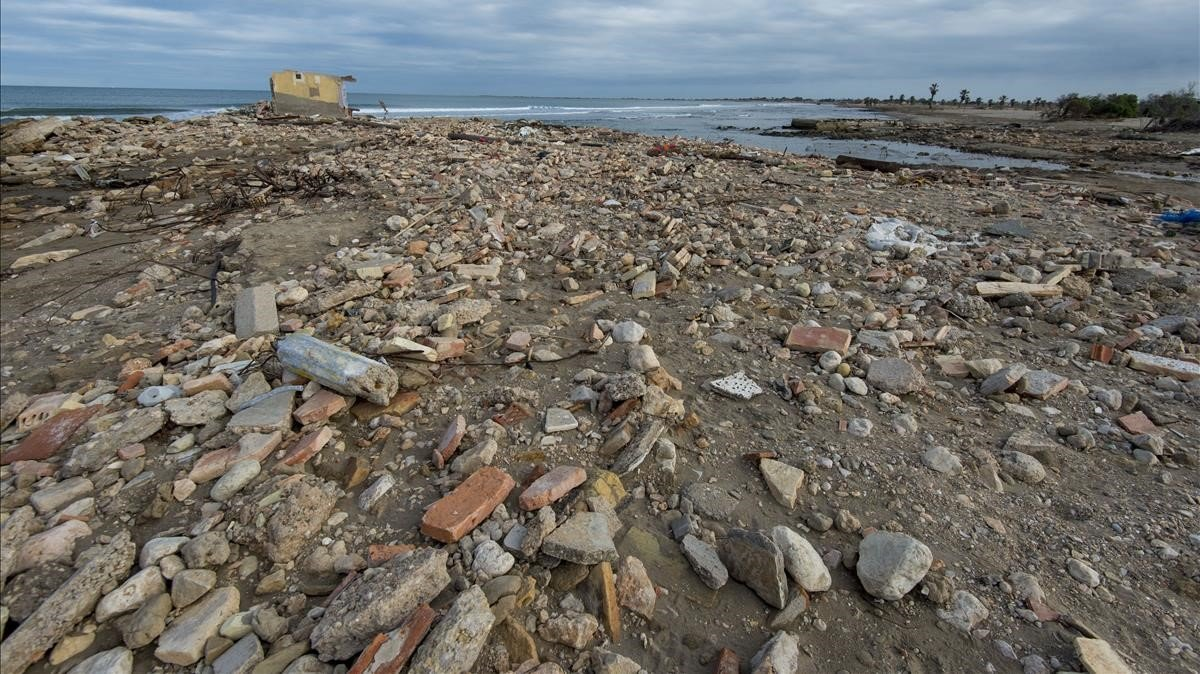 Muchas playas situadas en la zona de la Bassa d'arena delDelta siguen acumulando los residuos arrastrados por las olas durante el episodio de borrascas