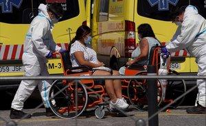 Llegada de enfermos al Hospital 12 de octubre de Madrid.