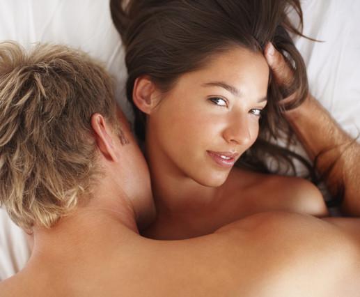 Juego sexual de susurrar al oído