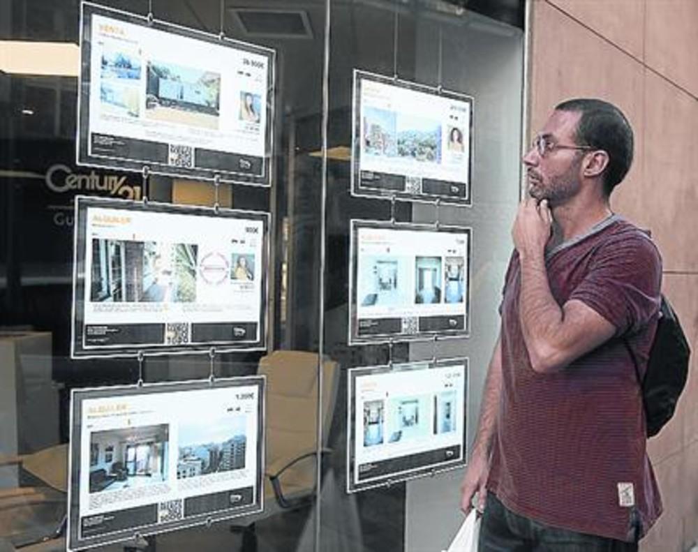 Carteles de pisos en alquiler en una inmobiliaria del barrio de Gràcia.