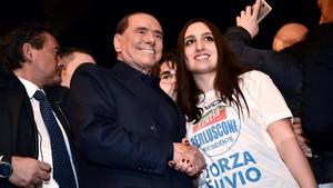 Berlusconi, líder de Forza Italia, posa con una seguidora en un mitin en Milán, el 25 de febrero.
