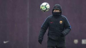 Ernesto Valverde dando toques al balón durante la sesión de entrenamiento.