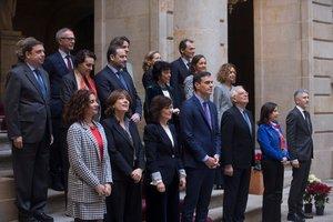 El Gobierno posa en la foto de familia antes de la reunión del Consejo de Ministros en la Llotja de Mar de Barcelona.