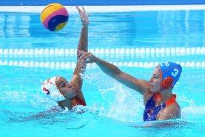 La internacional española Anni Espar (i) defende una jugadaante la neerlandesa Dagmar Genee.