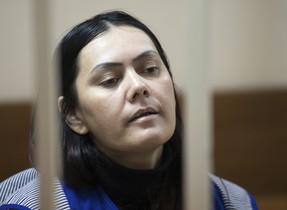 Gulchekhra Bobokulova, la mujer que decapitó a una niña y paseó con su cabeza cortada en Moscú, ante el tribunal.