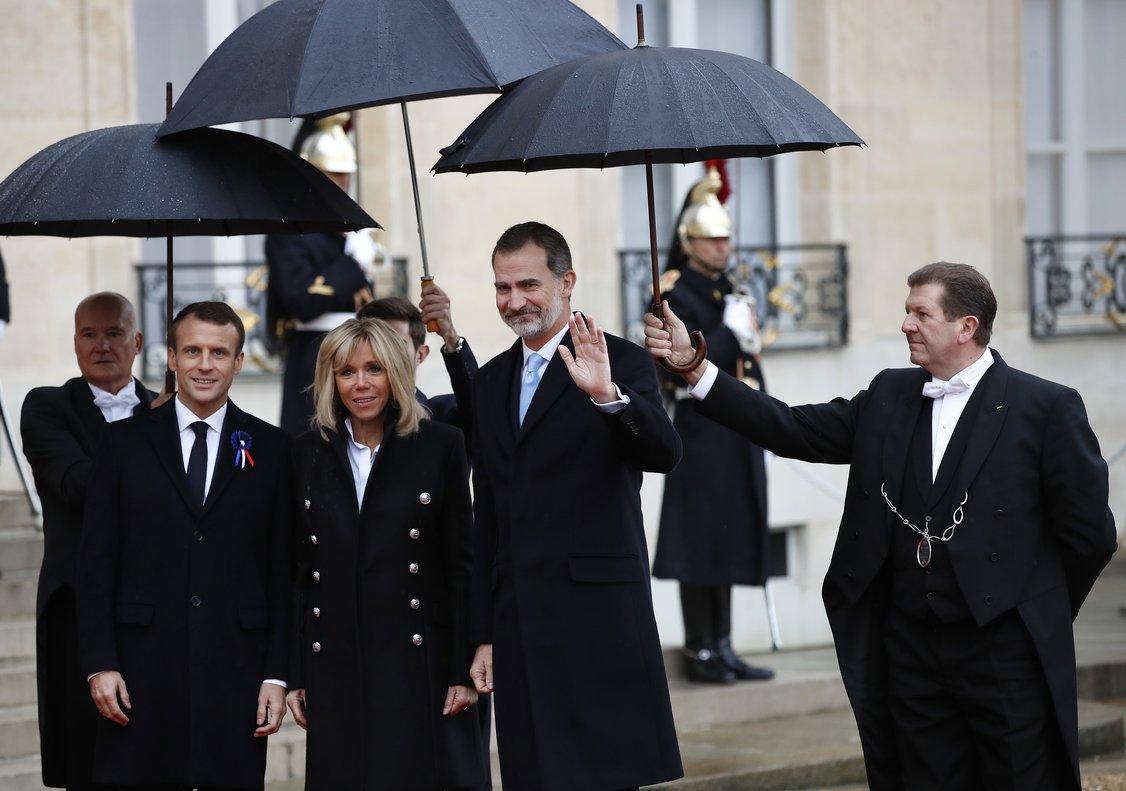 El Rey a su llegada al Elíseo, recibido por Macron y su esposa.
