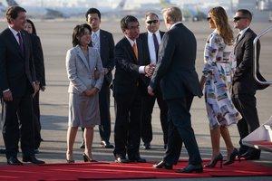 El presidente de EEUU, Donald Trump, y su esposa Melania saludan al ministro de Asuntos Exteriores japonés, Taro Kono, y su esposa Kaori, a su llegada al Aeropuerto de Haneda, en la prefectura de Tokio.