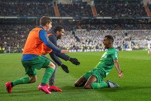 El realista Isak (d) celebra un gol ante el Madrid en la Copa.