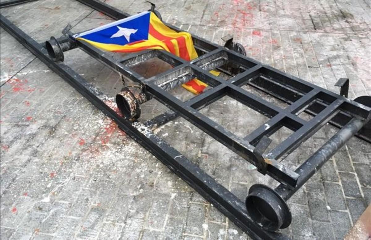 El caballo de Franco en el Born, 'tuneado' con una cabeza de cerdo