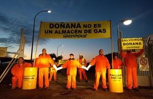 Acción de protesta de Greenpeace en Doñana por el almacén de Gas Natural.