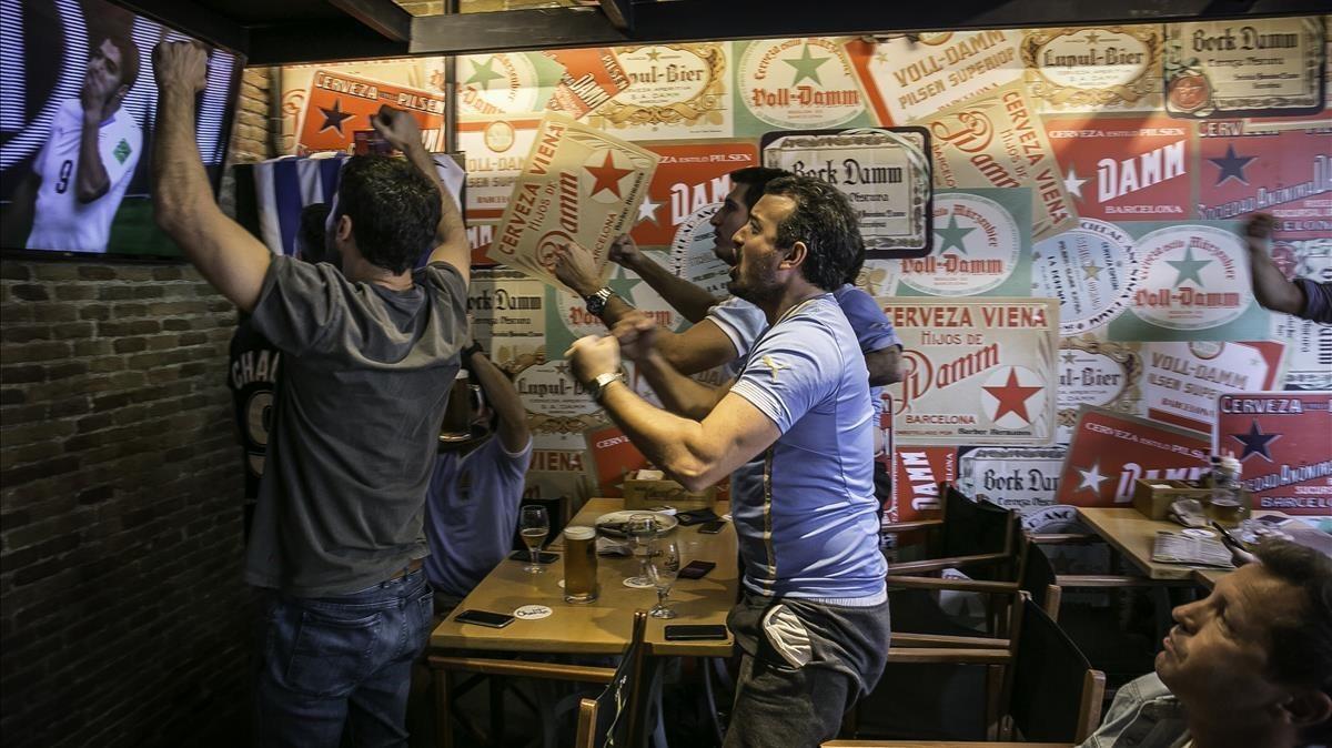 Aficionados uruguayos celebran en el Chalito un gol de Suárez que nunca entró.
