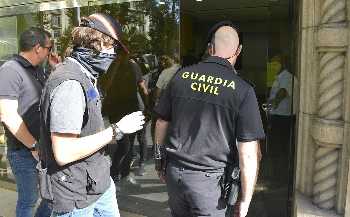 Agentes de la Guardia Civil, a la entrada de la sede de Efial.