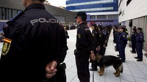 Agentes de la Policía en la inauguración de la comisaría de la Verneda, en Barcelona.