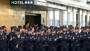 Agentes de la Policía Nacional frente el Hotel en el que están hospedados en Pineda de Mar.