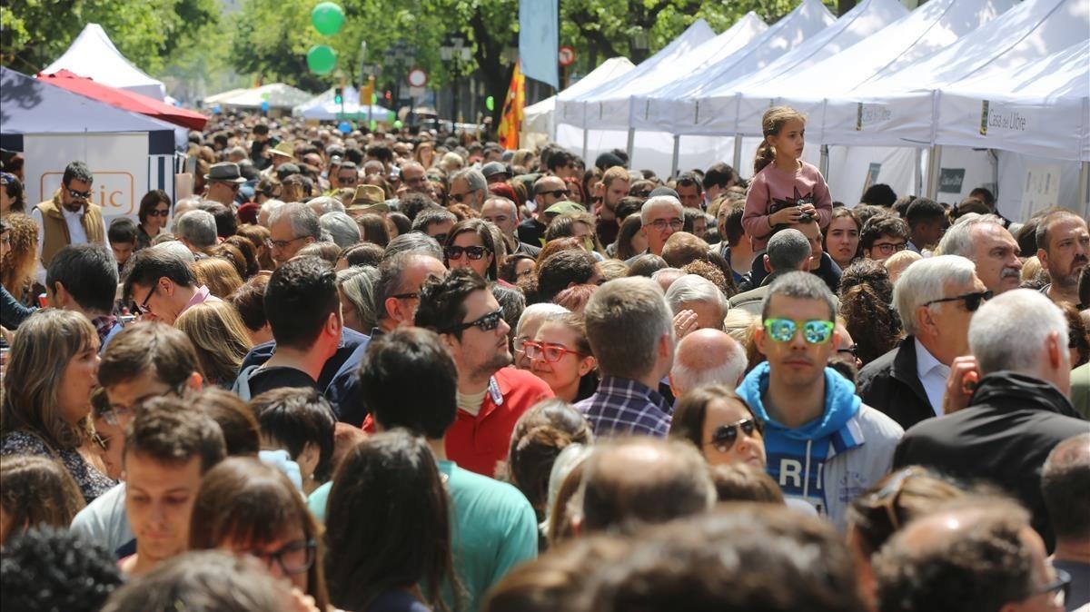 Aglomeración en la Rambla Catalunya, el día de Sant Jordi del 2017.