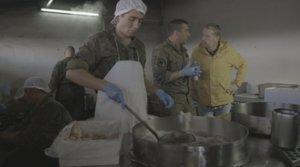 Alberto Chicote en las cocina del ejército durante la nueva entrega de ¿Te lo vas a comer?.