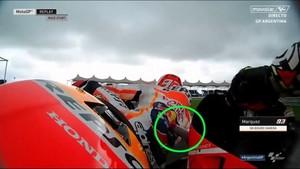 El alerón delantero izquierdo de la Ducati de Iannone golpea el culo de Márquez en Argentina