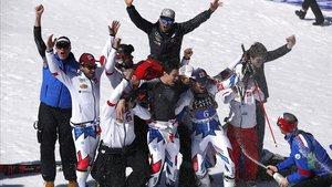 Alexis Pinturault (6) celebra la victoria con el equipo francés.