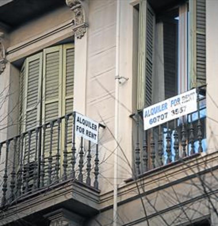 Carteles de alquiler en un edificio del centro de Barcelona.