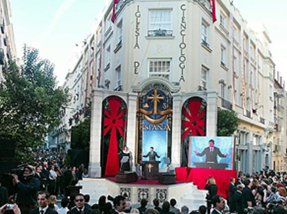 Arenga de Tom Cruise desde el púlpito instalado ante la sede de la cienciología inaugurada en Madrid en el 2004.