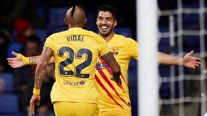 Arturo Vidal y Luis Suárez celebran un gol marcado al Espanyol.