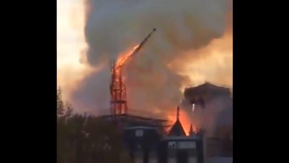 Así ha caído la torre de Notre Dame.