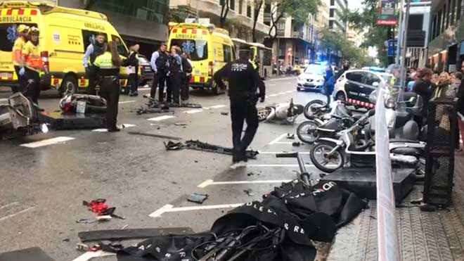 Un conductor invade la acera y provoca un atropello múltiple en Barcelona.