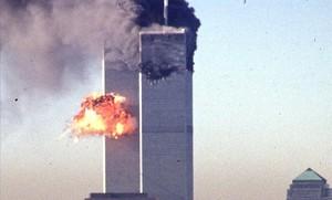 Un avió de passatgers impacta en una de les torres del World Trade Center.
