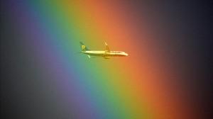 Un avión pasa frente a un arco iris en Roma.