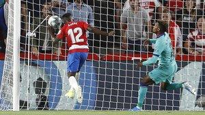 Azeez marca el 1-0 para el Granada tras el error de Junior.