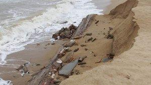 El temporal de los últimos días, deja al descubierto los restos e antiguas edificaciones en la playa de Badalona.