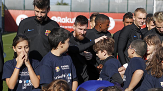 El Barça deja que los niños entrenen con el primer equipo y participen en una junta