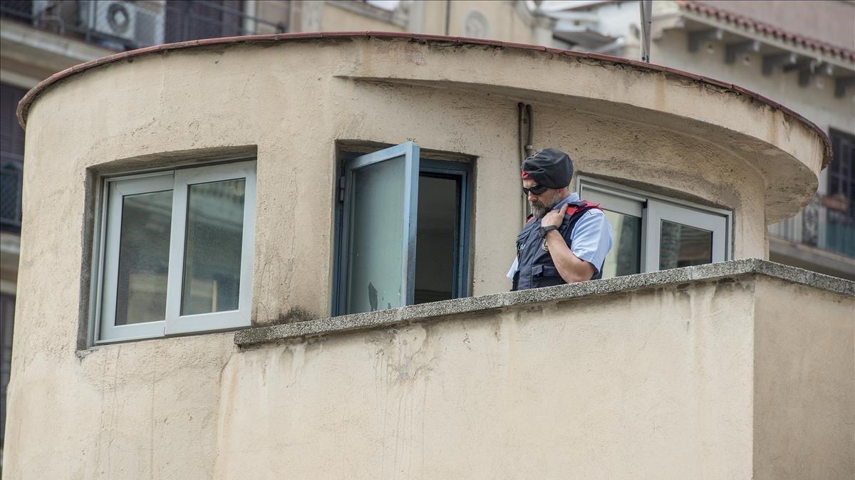 Un mosso d'Esquadra en una garita de la cárcel modelo de Barcelona, el 8 de junio de 2017, último día de su presencia en esa prisión.