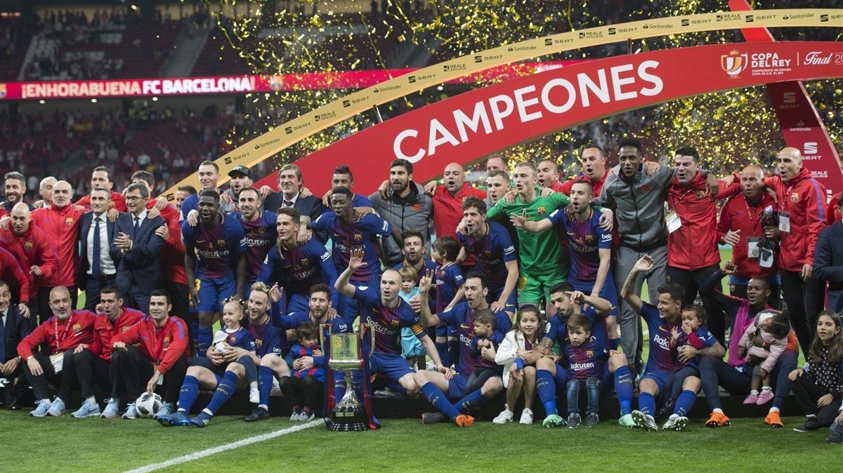 La plantilla del FC Barcelona posa con la 4ª Copa consecutiva.
