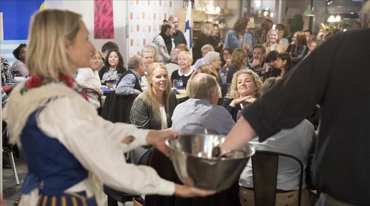 Un momento del sorteo tras la cena finlandesa que se montó el viernes pasado enLes Corts.Fue el primer evento en Barcelona del añodel centenario de Finlandia.