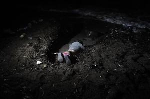 El mar arrastra el cuerpo de unniño ahogado en un naufragio ante Lesbos, en noviembre del 2015.
