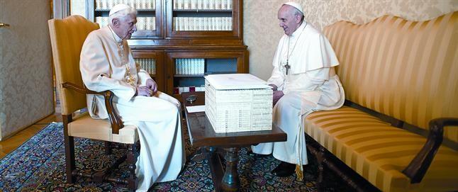 Bergoglio (dreta) i Ratzinger, en l'excepcional i històrica trobada d'ahir a Castel Gandolfo.