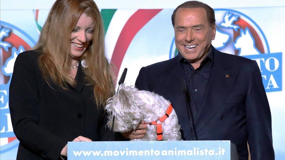 Berlusconi (derecha) sonríe junto a la líder del Movimiento Animalista, Michela Vittoria Brambilla, en un mitin en Milán, el 20 de enero.