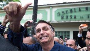 Jair Bolsonaro saluda a sus simpatizantes tras votar en Río de Janeiro.